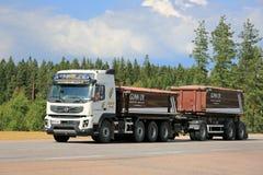 De Vrachtwagen van de de Bouwaanhangwagen van Volvo FMX op de Weg Royalty-vrije Stock Afbeelding