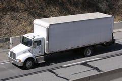 De Vrachtwagen van de doos op Weg Stock Afbeeldingen