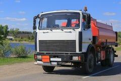 De vrachtwagen van de gashouder gaat op weg stock afbeeldingen
