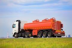 De vrachtwagen van de gashouder gaat op weg Royalty-vrije Stock Afbeeldingen