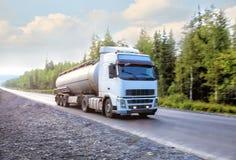 De vrachtwagen van de gashouder gaat op weg stock foto
