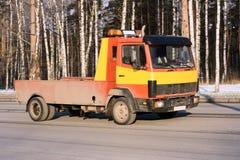 De vrachtwagen van de het wrakauto-carrier van de redding levert dameged auto stock fotografie