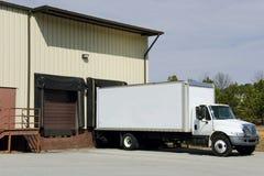 De vrachtwagen van de levering bij ladingsdok Stock Afbeeldingen