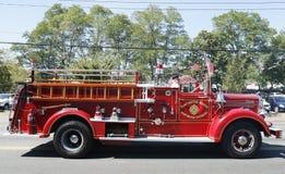 1950 de vrachtwagen van de Mackintoshbrand van Huntington-Manorbrandweerkorps bij parade in Huntington, New York Stock Afbeeldingen