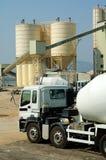 De vrachtwagen van de mixer in cememtinstallatie Stock Foto's