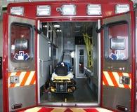 De vrachtwagen van de paramedicus met open achterdeuren Stock Foto's