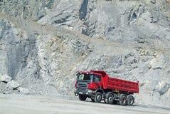 De Vrachtwagen van de stortplaats in een Steengroeve stock foto