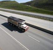 De Vrachtwagen van de stortplaats op de weg royalty-vrije stock fotografie
