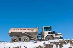 De Vrachtwagen van de stortplaats op een Bouwwerf in de Winter Stock Afbeeldingen