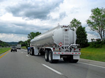 De vrachtwagen van de tanker op weg royalty-vrije stock foto's