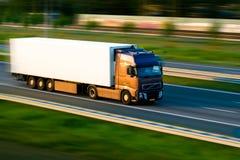 De vrachtwagen van de vracht op autosnelweg Royalty-vrije Stock Afbeelding