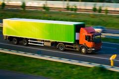 De vrachtwagen van de vracht op autosnelweg Royalty-vrije Stock Fotografie
