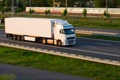 De vrachtwagen van de vracht op autosnelweg Royalty-vrije Stock Afbeeldingen