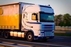De vrachtwagen van de vracht op beweging Stock Afbeeldingen