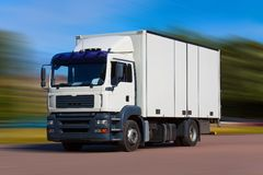 De vrachtwagen van de vracht op de weg stock afbeelding