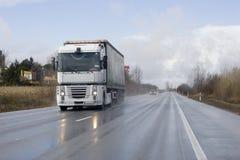 De vrachtwagen van de vracht op de weg stock foto