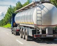 De vrachtwagen van de gashouder gaat op weg stock foto's