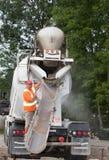 De Vrachtwagen van het cement en Zijn Exploitant Stock Foto's