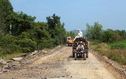 De vrachtwagen van het logboek op een in aanbouw weg stock foto's