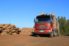 De vrachtwagen van het Sisuhout bij de Werf van het Zaagmolentimmerhout Royalty-vrije Stock Fotografie