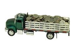 De vrachtwagen van het stuk speelgoed die met muntstukken wordt gevuld Stock Fotografie
