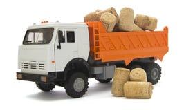 De vrachtwagen van het stuk speelgoed met cork kurk voor een wijnfles stock afbeelding