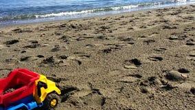 De Vrachtwagen van het stuk speelgoed op het Strand stock video