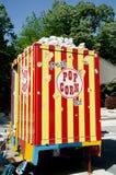De vrachtwagen van de popcornverkoop, mobiele voedsel en snoepjesverkoper Royalty-vrije Stock Foto's