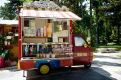 De vrachtwagen van de popcornverkoop, mobiele voedsel en snoepjesverkoper Stock Foto
