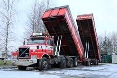 De Vrachtwagen van Volvo N12 met omhoog de Aanhangwagens van de Stortplaatsdoos Royalty-vrije Stock Foto's