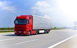 De vrachtwagen vervoerden goederen door weg - het verschepen en logistiek stock foto