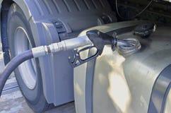 De vrachtwagen vult met diesel op Royalty-vrije Stock Fotografie