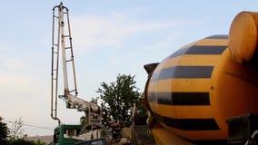 De vrachtwagen zette concrete pomp op die in een bouwwerf werken stock video