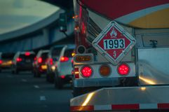 De de vrachtwagenachterlichten van de brandstoftanker met brandbaar gevaar ondertekenen 1993, drijf ik handel royalty-vrije stock afbeelding