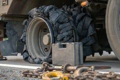 De vrachtwagenbanden zijn bursted stock afbeeldingen