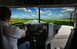 De vrachtwagenchauffeur op de weg Stock Foto's