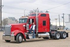De vrachtwagenchauffeur van de vrouw op de stap stock afbeeldingen
