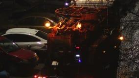 De Vrachtwageninterventie van de nachtriolering stock footage