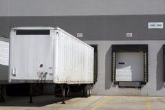 De vrachtwagenlading van het pakhuis stock afbeeldingen