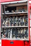 de vrachtwagenmateriaal van de reddingsbrand Compartiment van opgerolde brandslangen op een brandmotor royalty-vrije stock fotografie