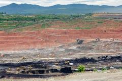 De vrachtwagens die van de mijnbouwstortplaats in Bruinkoolkoolmijn werken royalty-vrije stock foto's