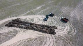 De vrachtwagens dragen het gebied van organische meststof met luchtfotografiehommel Landbouw stock afbeelding