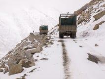 De vrachtwagens liepen op de weg op de bergen Royalty-vrije Stock Afbeelding