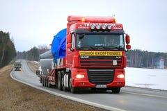 De Vrachtwagens van DAF XF vervoeren Overmaatse Ladingen Stock Fotografie
