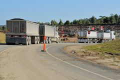 De vrachtwagens van de bouw bij draai Stock Fotografie