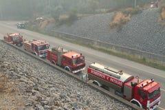 De Vrachtwagens van de brand op een weg Stock Foto's