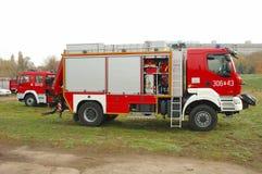 De vrachtwagens van de brandbrigade tijdens oefeningen op rivierbank Royalty-vrije Stock Fotografie