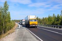 De vrachtwagens van de lading op de weg Royalty-vrije Stock Afbeelding