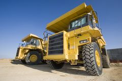 De vrachtwagens van de mijnbouw