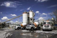 De vrachtwagens van de mixer in een concreet bedrijf Royalty-vrije Stock Afbeeldingen
